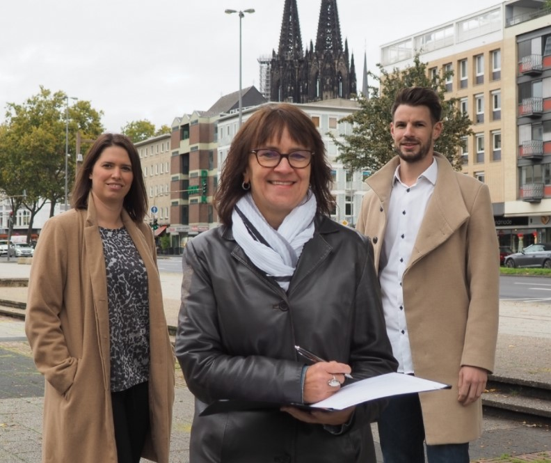 Monika Wagner, HOA from Aderans in Germany, joined colleagues to sign on the dotted line in front of Cologne's Gothic Cathedral.